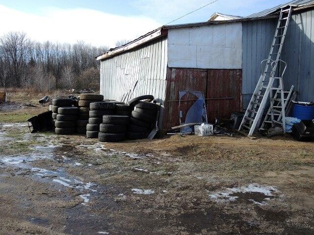Des dizaines de pneus sont aussi au nombre de ses acquisitions. 