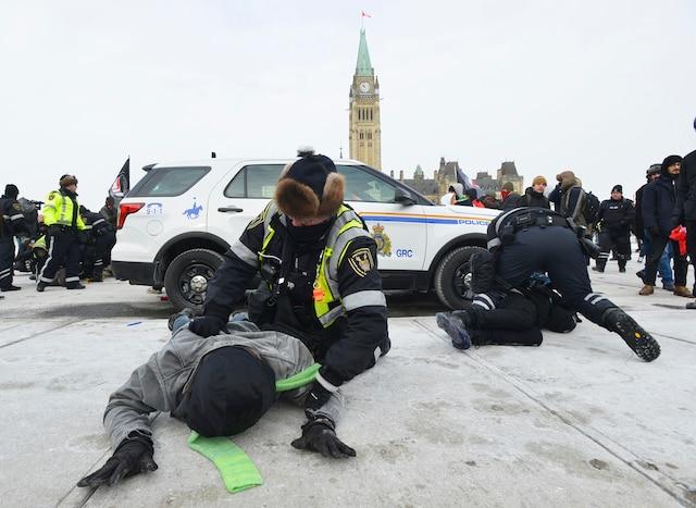 Les policiers ont procédé à plusieurs arrestations de manifestants près du parlement à Ottawa, samedi.
