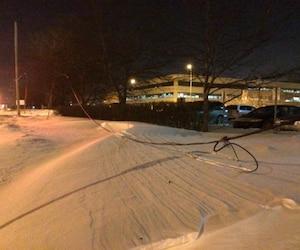 Les fils électriques de la rue Marie-Victorin ont été arrachés, près du dépôt à neige, mardi soir.