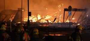Une résidence en construction de la rue Tommy-Douglas, à Côte-St-Luc, a été complètement détruite dimanche soir. L'incendie serait d'origine criminelle.