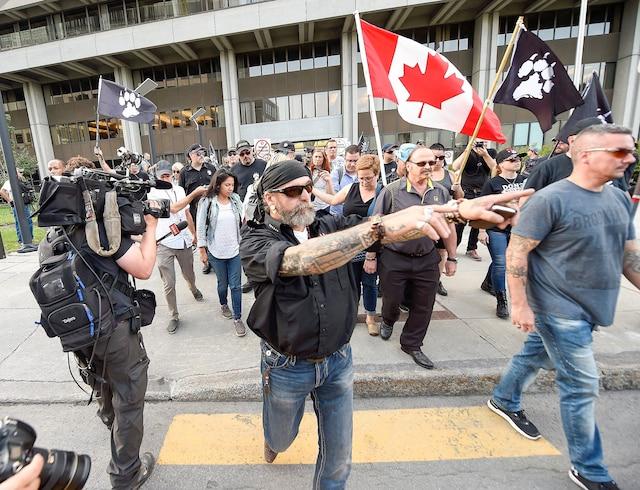 Les sympathisants de La Meute ont manifesté dans le silence pour protester contre les politiques d'immigration des gouvernements.