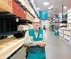 À 69 ans, Denis Bernier travaille une vingtaine d'heures par semaine dans un centre de rénovation de son quartier, à Notre-Dame-de-Grâce.