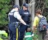 Les migrants haïtiens rencontrent aux États-Unis des agents de la Gendarmerie royale du Canada avant de traverser la frontière canado-américaine sur le rang Roxham.