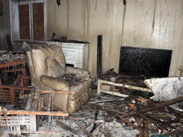 Des glaçons pendent du plafond de la maison des  Larivière qui a été ravagée par le feu.