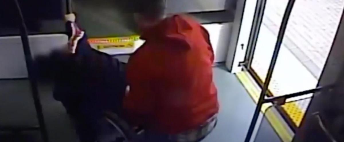 VIDÉO | Des inconnus arrêtent un voleur de fauteuil roulant