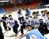 Les joueurs de la LHJMQ se sont entrainés pour la première fois ensemble sur la patinoire du Centre Georges-Vézina, lundi matin, en vue de leur affrontement face aux Russes mardi soir.