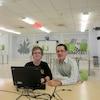 Marc-Antoine Simard et son enseignant Éric Durocher, dans le local du PEAI de l'École Dalbé-Viau. Le programme mise sur le travail d'équipe à l'aide d'outils informatiques.