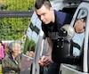 Accusé d'avoir espionné sa voisine à l'aide de caméras et d'une trappe au grenier, Kevin Leclair Boisvert est arrivé menotté vendredi au palais de justice de Drummondville. Il reviendra en cour le 10 novembre pour la suite des procédures.