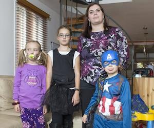 Caroline Gosselin se désole que ses enfants Florence, Gabrielle et Jacob (de gauche à droite) ne puissent même pas se déguiser en classe à l'Halloween.