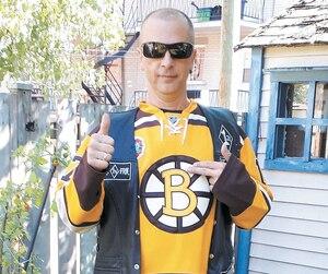 Mario Dubé s'affiche ouvertement sur le réseau social Facebook comme un membre des Rock Machine et un partisan des Bruins de Boston.