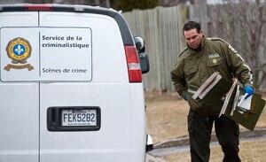 Des enquêteurs de la SQ ont perquisitionné aux petites heures du matin au domicile du journaliste Éric-Yvan Lemay.