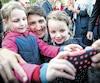 À quelques jours du G7, le premier ministre du Canada Justin Trudeau a pris le temps nécessaire mercredi soir pourdiscuteravec chaque citoyen de La Malbaie qui voulait le rencontrer. Il s'est permis un bain de foule prolongé de plus d'une heure.