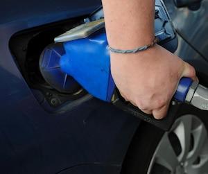 Sur chaque litre d'essence, les Québécois payent 4 sous de plus.