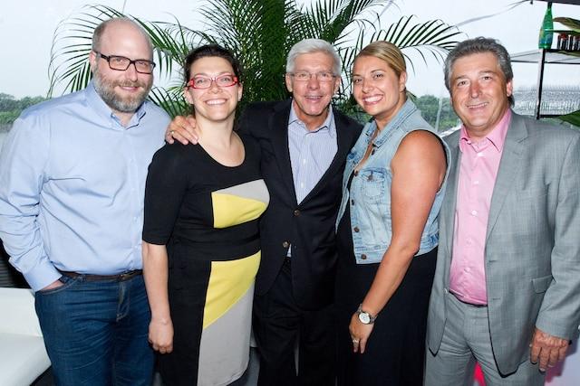 L'ancien joueur étoile du Canadien, Réjean Houle, est entouré de Benjamin Phaneuf et Véronique Bigras, Groupe Phaneuf, Sandra Rinaldi, Evenko, et Serge Lafrenière, Performance Hypothécaire.