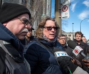 Le trésorier Jacques Rochon et la présidente des cols bleus de la Ville de Montréal Chantal Racette ont répété samedi qu'ils n'ont pas à aviser tous les membres des décisions financières qu'ils prennent, à la sortie de l'assemblée générale qui s'est déroulée durant près de 5 heures.