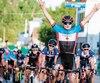 Riley Pickrell, de l'équipe du Canada, lève les bras au ciel pour remporter au sprint final la première étape du Tour de l'Abitibi.