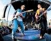 À quelques mois de lancer un album country conçu à Nashville, le Québécois Matt Lang (à droite), a laissé une belle carte de visite en ouverture de soirée, en compagnie de quatre musiciens dont le guitariste Étienne Joly.
