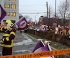 Une manifestation des paramédics de Québec est en cours devant le bureau du ministre de la Santé, Gaétan Barrette, au 1075, chemin Sainte-Foy.