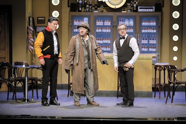 Luc Guérin et Martin Drainville dans une des scènes les plus connues de la célèbre pièce de théâtre Broue, qui reprend du service à Terrebonne.