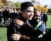 Le jeune Jhonar Andres Sanchez Meza a été appuyé par ses camarades de l'école Rochebelle jeudi, alors que des dizaines d'élèves ont formé une chaîne humaine pour protester contre la menace d'expulsion qui pesait sur lui et sa famille. Immigration Canada leur a accordé vendredi un sursis de deux semaines.