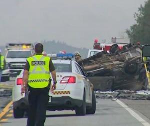 La fourgonnette impliquée dans l'accident a pris feu après l'impact.