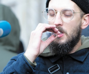 Cet homme a profité de la légalisation du cannabis, ce mercredi, pour allumer un joint en pleine rue à Montréal. La réglementation en vigueur lui donnait parfaitement le droit de le faire.