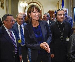 La ministre de l'Immigration Kathleen Weil était accompagnée de représentants de l'Église syrienne orthodoxe et de québécois d'origine syrienne récemment admis à titre de réfugiés.