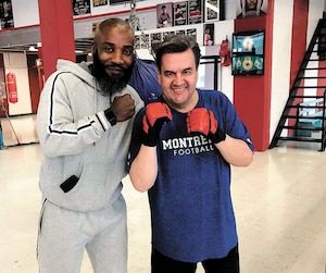 L'ancien maire de Montréal Denis Coderre, qui a récemment perdu 85livres, est accompagné de l'entraîneur de boxe Ali Nestor.