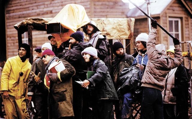 1983 – Maria Chapdelaine de Gilles Carle<br /> Une photo prise par Pierre  Dury, lors du tournage du film Maria Chapdelaine. Le réalisateur Gilles Carle scrute les moindres détails, entouré de son équipe, dont Jacques «Wilbrod»  Benoit, Christiane Guernon, François Dupéré, Jean Lépine et Ginette Senécal.