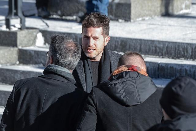 L'animateur Jean-Philippe Dion discute en attendant l'arrivée des invités lors des funérailles de René Angelil, célébrées ce vendredi après-midi 22 janvier 2016, à la Basilique Notre-Dame, à Montréal.
