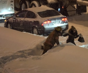 Alors que 300 véhicules étaient bloqués mardi soir sur l'autoroute 13 sud, dans le secteur de Lachine, certains ont préféré sortir de leur véhicule pour aller se réchauffer dans un autobus.