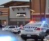 La police arrivant sur les lieux d'une fusillade survenue près d'un centre commercial d'Ottawa en décembre 2014
