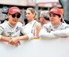 Lance Stroll et le pilote George Russell ont piqué une jase avant le départ à Monaco, dimanche.