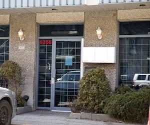 La majorité des entreprises administrées par Annette Laroche donnent l'adresse de cet immeuble de l'arrondissement de Saint-Laurent, Montréal.