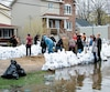En mai dernier, des citoyens de Deux-Montagnes ont utilisé des sacs de sable pour protéger leur maison des inondations.