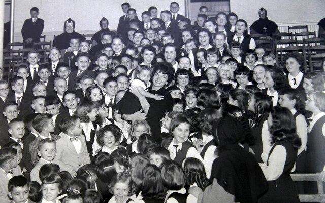 ackie Onassis, quiparlait très bien français, rendait souvent visite aux orphelinsFranco-Américains de l'école Franco-American. On retrouve une photo d'elle dansl'entrée de l'établissement.