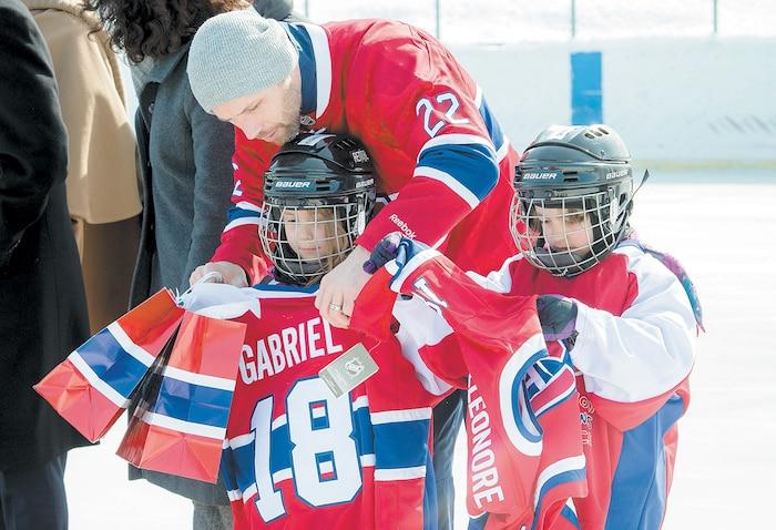 Steve Bégin a distribué des chandails du Canadien aux élèves de l'école Le Carignan de Montréal-Nord, vendredi dernier.