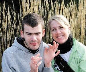 Marie-Josée Lapointe, présidente du projet Espace-Vie TSA et d'Autisme Québec, avec son fils, Charles, aujourd'hui âgé de 23ans.