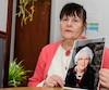 Pierrette Tapp croit que l'Hôtel-Dieu de Gaspé s'est débarrassé de manière négligente de sa mère de 88ans, dont elle tient la photo.