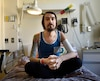 Mathieu est isolé dans un hôpital de Québec dans l'attente d'un dernier traitement très onéreux.