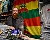 Yoann Bergeron, gérant de la boutique Loulou, dans le Vieux-Québec, pose avec des articles ornés de feuilles de cannabis dont la vente est interdite à partir du 17 octobre, date de la légalisation du cannabis.