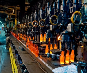 Consigner les bouteilles permettrait de fabriquer de nouveaux contenants en verre, comme c'est le cas à l'usine Owens-Illinois.