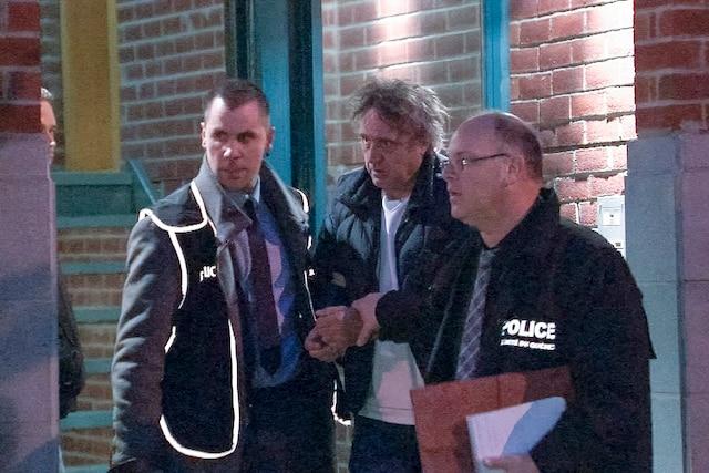 En novembre2015, les policiers lui passent les menottes chez lui pour gangstérisme.