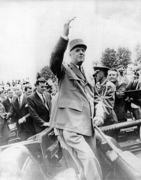De Gaulle salue la foule tout le long de sa progression sur le chemin du Roy, entre Québec et Montréal.