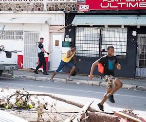 Deux pillards qui profitent de la désolation sur l'île de Saint-Martin prennent la fuite pendant qu'un gendarme de la Gendarmerie française les prend en chasse. Les actes de vandalisme et de pillage abondent depuis le passage de l'ouragan.