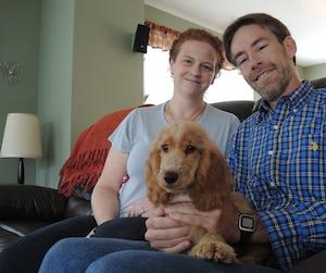 Stéphane Lavallée et sa conjointe Caroline Fortier de Saint-Gilles devront amasser 35 000 $ pour payer les coûts de l'entraînement d'Eleena, qui deviendra le premier chien d'assistance médicale pour épileptique entraîné au Québec.