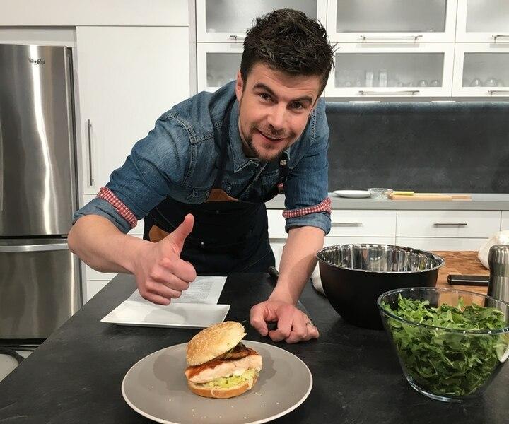Burger de saumon et son bacon, fondue de poireau, roquette au pesto