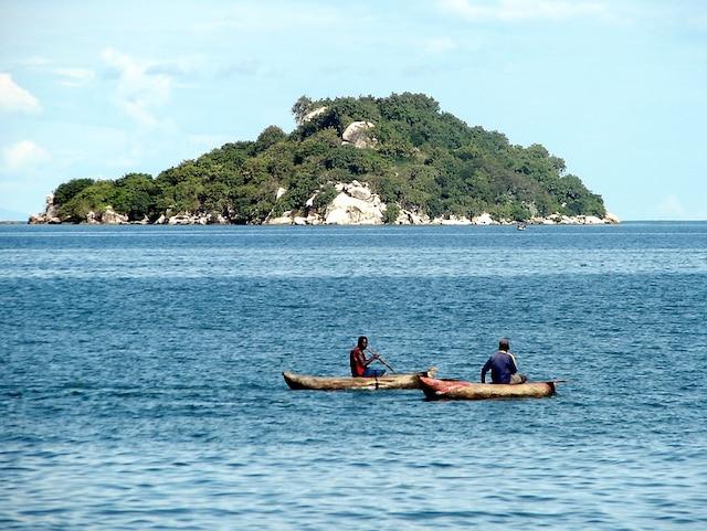Des locaux en canot sur le lac Malawi.
