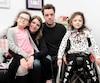 Âgées de sept ans, les jumelles Constance (gauche) et Madeleine Boursier sont toutes deux atteintes d'amyotrophie spinale. Depuis 2015, Madeleine reçoit un traitement en essais cliniques qui l'aide grandement. Les parents Amélie Dionne-Martel et Guillaume Boursier ont espoir que leur autre fille pourra l'obtenir bientôt.