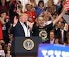 Donald Trump a invité l'un de ses partisans sur scène à ses côtés. L'homme a enlacé le président et a dit: «Monsieur le Président, merci Monsieur!».